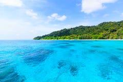 Plage de mer clair comme de l'eau de roche tropicale, île de Tachai Photo stock
