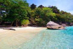 Plage de mer clair comme de l'eau de roche tropicale, îles de Similan, Andaman Photo stock