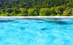 Plage de mer clair comme de l'eau de roche tropicale, merci île de Chai Image libre de droits