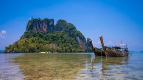 Plage de mer d'île de bateau de voyage photographie stock libre de droits