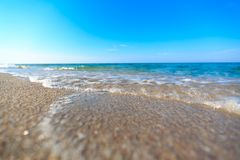 Plage de mer et ciel bleu image stock