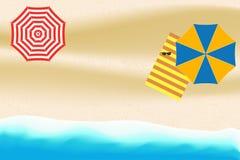 Plage de mer ou d'océan avec le parapluie, le parasol, la serviette rayée et les lunettes de soleil Fond d'été pour la carte, ban Photo stock