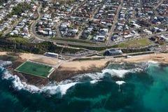 Plage de Merewether et bains - vue aérienne d'Australie de Newcastle NSW image libre de droits