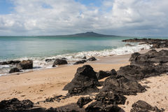 Plage de Milford avec l'île de Rangitoto à l'arrière-plan Photographie stock