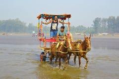 PLAGE DE NAGAON, MAHARASHTRA, INDE LE 13 JANVIER 2018 Les touristes apprécient un tour de chariot de cheval Image stock