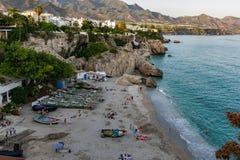 Plage de Nerja en été, Nerja, Andalousie, Espagne Photos stock