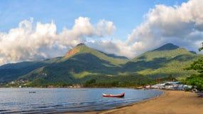 Plage de pêcheur entourée par des montagnes images libres de droits