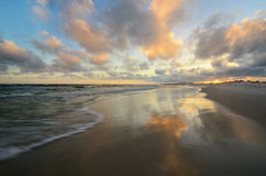 Plage de paradis avec de l'eau clair pendant le coucher du soleil photographie stock libre de droits