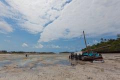 Plage de paradis avec la dissimulation de bateau Image libre de droits