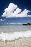 Plage de paradis de l'eau claire et de ciel bleu photographie stock libre de droits
