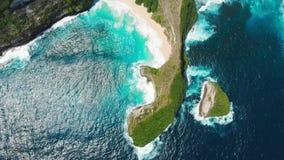 Plage de Paradise Kelingking avec le cap rocheux sur l'île de Nusa Penida Silhouette d'homme se recroquevillant d'affaires banque de vidéos
