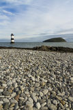 Plage de Penmon, Anglesey, Pays de Galles. Île de phare et de macareux. Images stock