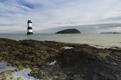Plage de Penmon, Anglesey, Pays de Galles. Île de phare et de macareux. Image stock
