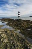 Plage de Penmon, Anglesey, Pays de Galles. Île de phare et de macareux. Photo stock