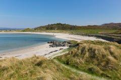 Plage de Portnaluchaig Ecosse R-U près destination de touristes écossaise blanche de plage sablonneuse de montagnes écossaises d' photo libre de droits
