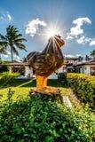 Plage de Porto de Galinhas, Ipojuca, Pernambuco, Brésil - septembre 2018 : Portrait de statue de métier de poulet photographie stock