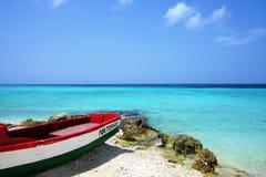 Plage de Porto Mari, Curaçao/Antilles néerlandaises - 18 mars 2019 : Bateau sur la plage devant la mer des Caraïbes photos stock