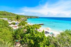 Plage de Porto Marie - plage blanche de sable avec de l'eau le ciel bleu et bleu clair comme de l'eau de roche en le Cura?ao, Ant image stock