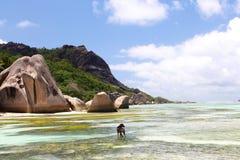 Plage de rêve des Seychelles avec le Doc. image stock
