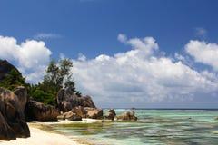 Plage de rêve des Seychelles avec le Doc. images stock