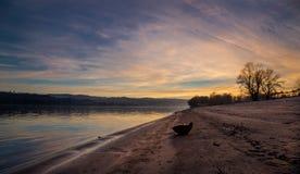 Plage de rivière et de public au coucher du soleil Photographie stock libre de droits