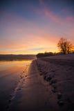 Plage de rivière et de public au coucher du soleil Images libres de droits