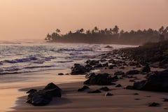 plage de roche au coucher du soleil image libre de droits