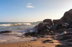 Plage de roche de Co Thach avec la vague pendant le matin de lumière du soleil photos stock