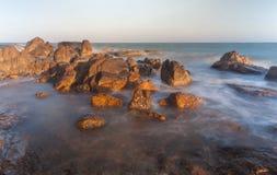 Plage de roche de Co Thach avec la vague pendant le matin de lumière du soleil Image stock
