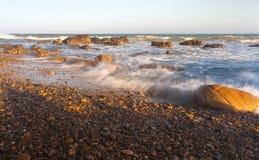 Plage de roche de Co Thach avec la vague pendant le matin de lumière du soleil Photographie stock