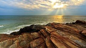 Plage de roche sur le coucher du soleil Photographie stock libre de droits