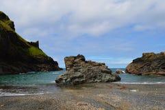 Plage de Rocky Cornish près de Merlin& x27 ; caverne de s Photographie stock libre de droits