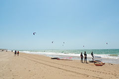 Plage de Rota et surfers de cerf-volant, Andalousie, Espagne Photographie stock libre de droits