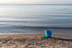 Plage de sable avec les jouets en plastique Images stock