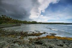 Plage de sable de noir de Punalu'u Photos stock