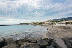 Plage de sable de noir de Torviscas Playa à l'île de Ténérife Photographie stock libre de droits