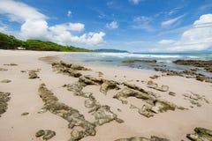 Plage de sable de vagues et jour ensoleillé de nuages Photographie stock