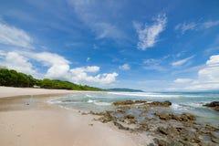 Plage de sable de vagues et jour ensoleillé de nuages Image stock