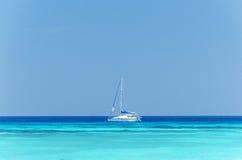 Plage de sable et eau de mer tropicales Photographie stock libre de droits