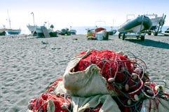 Plage de sable et matériel de pêche noirs photographie stock libre de droits