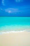 Plage de sable et onde d'océan image libre de droits