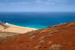 Plage de sable sous un volcan rouge Photo libre de droits