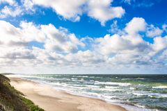 Plage de sable sur la mer baltique Photos stock