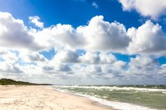Plage de sable sur la mer baltique Image stock