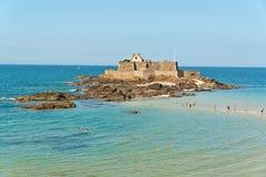 Plage de Saint Malo avec la forteresse et les touristes Ciel bleu Images stock