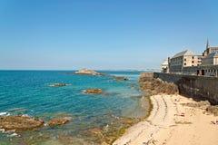 Plage de Saint Malo en été avec les touristes et le ciel bleu Images stock