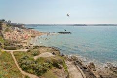Plage de Saint Malo en été avec les touristes et le ciel bleu Image libre de droits
