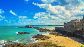 Plage de Saint Malo, murs de ville et ressortissant de fort marée inférieure d'effet Brittany, France photo stock