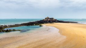 Plage de Saint Malo, ressortissant de fort pendant la marée basse Brittany, France, l'Europe image stock
