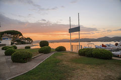 Plage de Saint Tropez au coucher du soleil la Côte d'Azur Images libres de droits